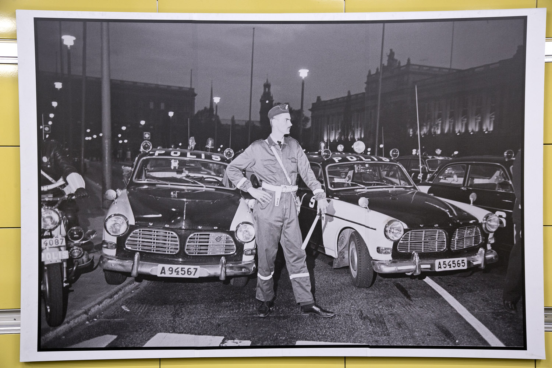 Fotograf Carl Johan De Geer_polis framför bil
