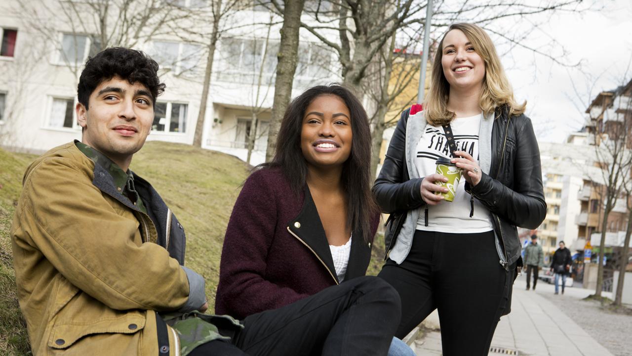 Tre ungdomar i stadsmiljö