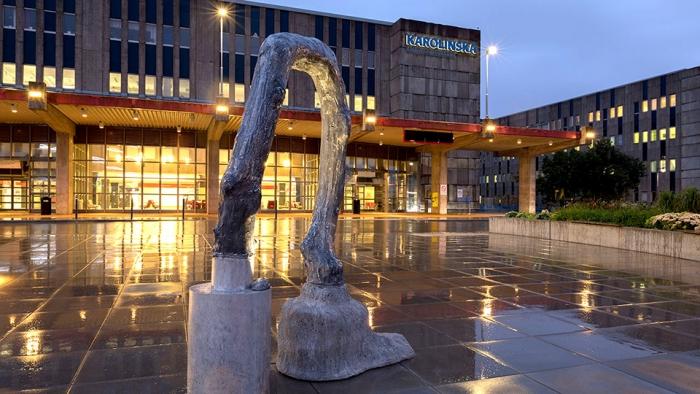 Bild av skulptur framför Karolinska Huddinges entré. Konstnär: Mia E Göransson