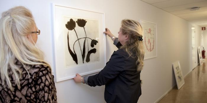 Upphängning av konst på en mottagning. Foto: Erja Lempinen