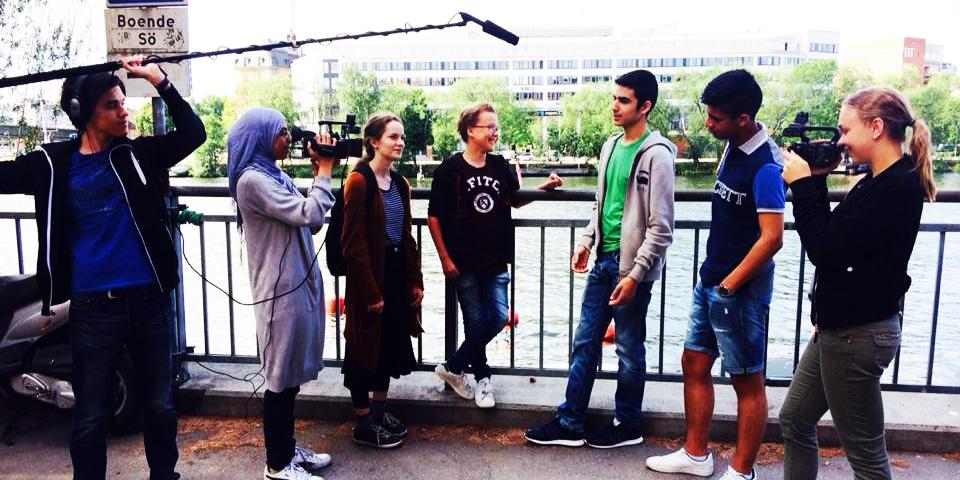 Ungdomar som filmar på en kaj.