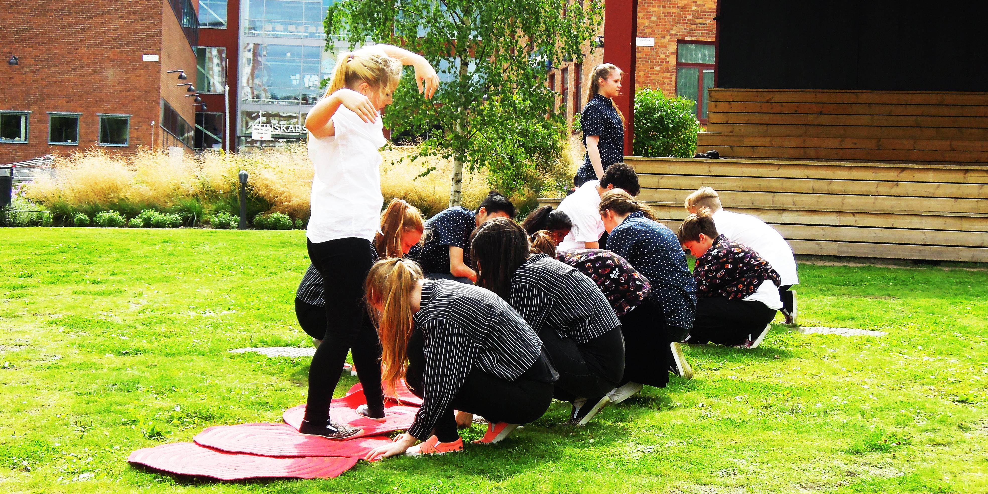 Ungdomar som dansar på en gräsmatta.
