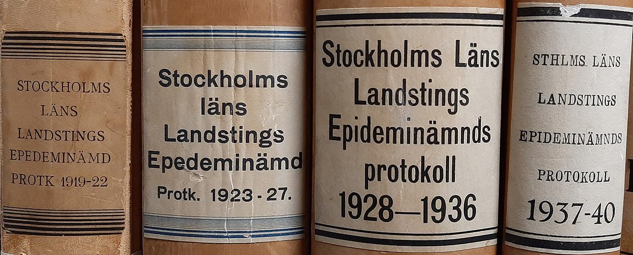 äldre bokpärmar med etikett och gammal skrift