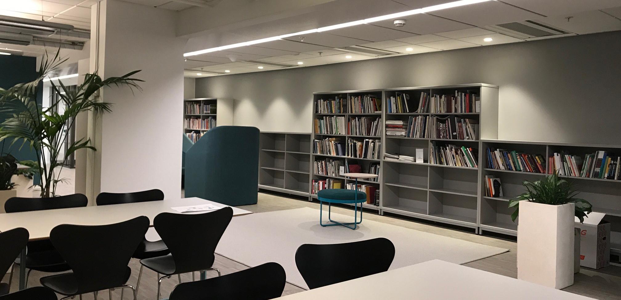 Fatburen_kontorsmiljö, vägg med bokhyllro och böcker