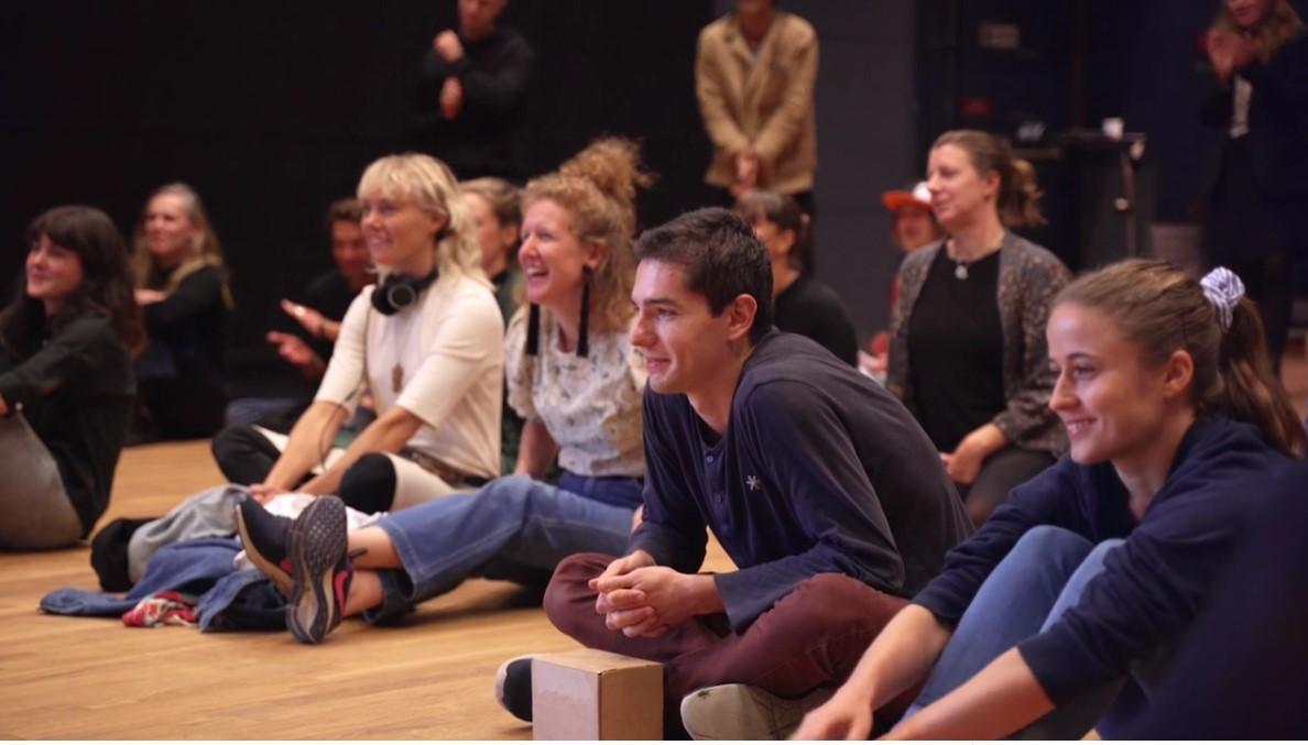 publik som sitter på golvet
