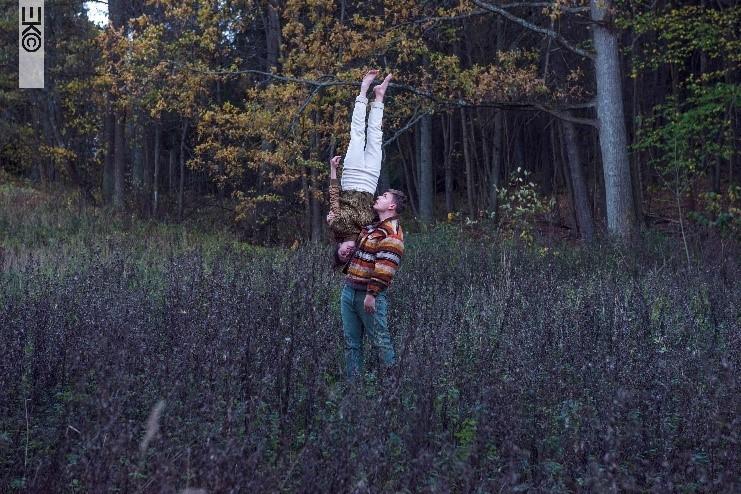 Två dansare i naturen