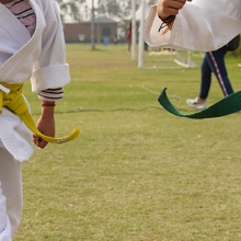 Barn som utövar kampsport