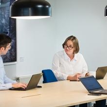 Personal kulturförvaltningen vid ett bord