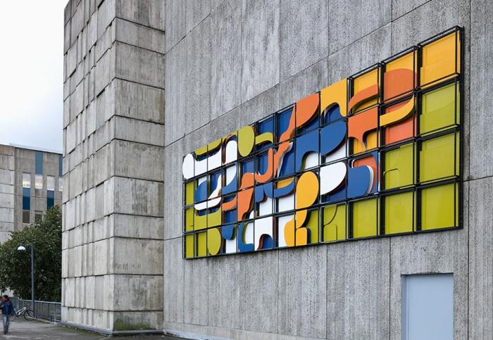 Foto av färgglad emalj på utomhusfasaden av konstnärerna Beck & Jung.