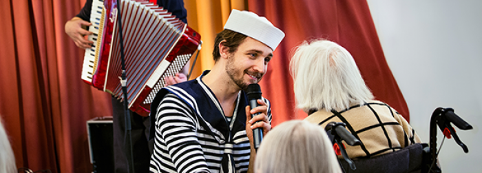 Göteborgs matrosorkester framträder på äldreboende.