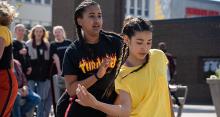 Syntolkning: två unga dansare